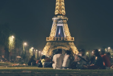 People in front of the Eiffel tower